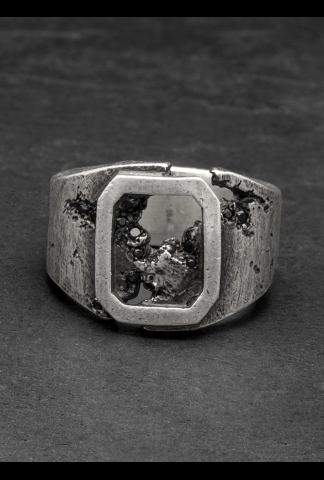 Tobias Wistissen Frame eroded stone ring