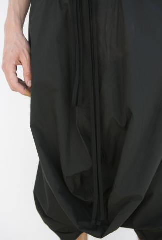 JULIUS_7 long SHORTS with drape in front